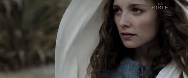 Leila Mimmack como la joven María.