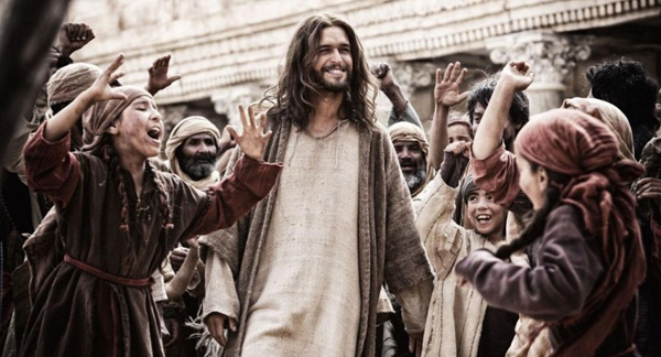 "Jesús (Diogo Morgado) camina entre la multitud en ""Son of God"".  Foto: 20th Century Fox."