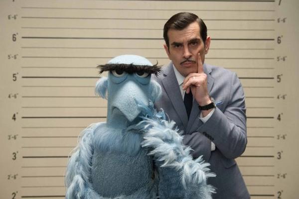 """Sam Eagle y Jean Pierre (Ty Burrell) investigan una serie de robos en """"Muppets Most Wanted"""".  Foto: Disney Enterprises."""