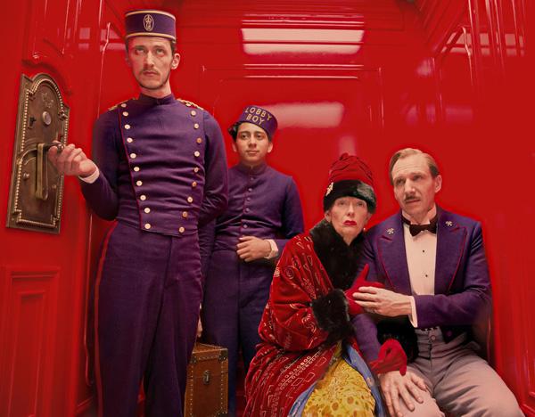 Los actores Paul Schlase, Tony Revolori, Tilda Swinton y Ralph Fiennes, en un ascensor del hotel Grand Budapest.  Foto: Fox Searchlight.