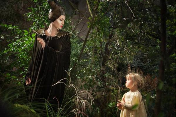 Angelina Jolie y su hija Vivienne Jolie-Pitt durante una de las escenas del filme.  Foto: Disney Enterprises.