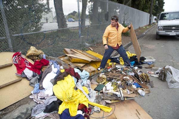 El artista obtiene la mayoría de los materiales de la basura.  Foto: Gregory Kloehn.