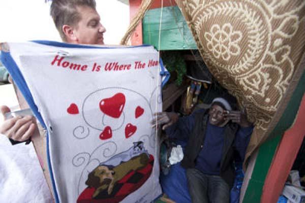 El artista Gregory Kloehn le regala una cortina al dueño de una de sus creaciones.  Foto: Gregory Kloehn.
