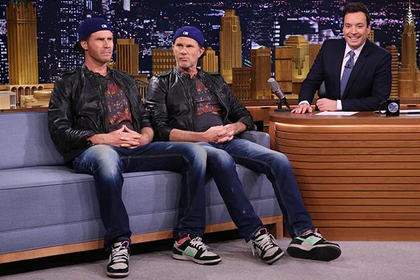 De izquierda a derecha:  Will Ferrell (quizás), Chad Smith (creo) y Jimmy Fallon. Foto: Doug Gorenstein/NBC.