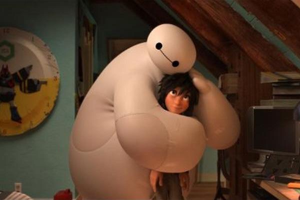 """Baymax abraza a Hiro en la película animada """"Big Hero 6"""".  Foto: Disney."""