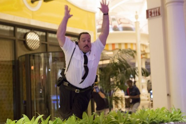Kevin James como Paul Blart, en una de sus múltiples caídas.   Foto: Matt Kennedy / CTMG, Inc.; Sony Pictures Entertainment.