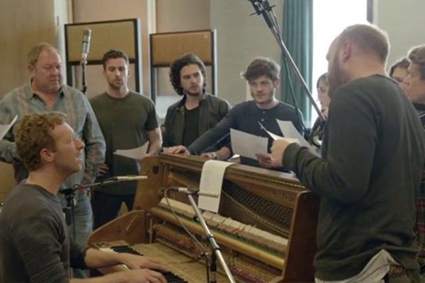 """Coldplay y parte del elenco en medio de los ensayos de """"Game of Thrones: The Musical""""."""
