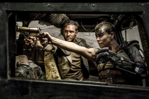 "Tom Hardy y Charlize Theron protagonizan ""Mad Max: Fury Road"".  Foto: Jasin Boland, Warner Bros. Entertainment."