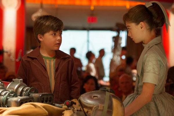 """Thomas Robinson y Raffey Cassidy en """"Tomorrowland"""".  Foto: Walt Disney Pictures."""