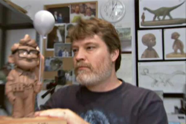 """El escultor Greg Dykstra posa al lado de una escultura de Carl, el anciano de """"Up"""", cuando joven.  Y miren lo que hay detrás del escultor... La imagen es del 2009."""