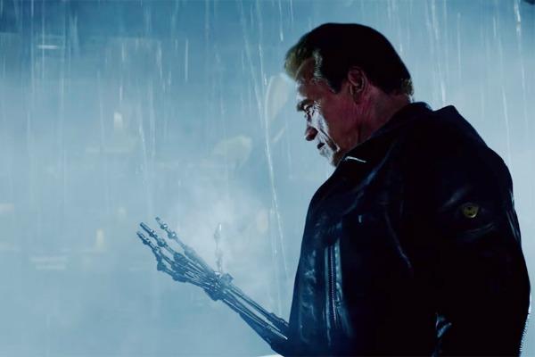 El Terminator mira su flaco brazo.  Foto: Paramount Pictures.