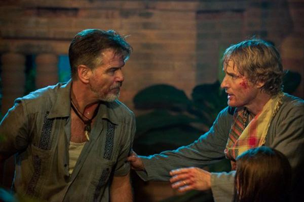 """Pierce Brosnan y Owen Wilson en """"No Escape"""".  Foto: Roland Neveu/The Weinstein Company."""