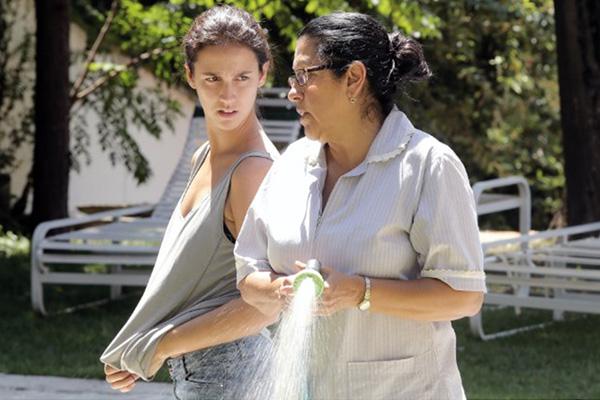 """Regina Casé y Camila Márdila en """"Una segunda madre"""".  Foto: Oscilloscope Pictures."""