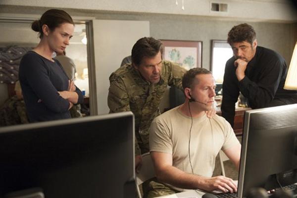 Parte del elenco de Sicario mira algo en un monitor... y definitivamente no se trata de un vídeo de un gatito en YouTube.  Foto: Richard Foreman Jr. SMPSP/Lionsgate.