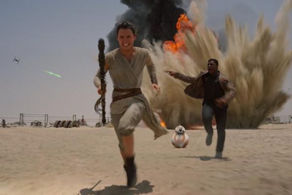 "Daisy Ridley (""Rey""), John Boyega (""Finn"") y BB-8 corren por sus vidas en ""The Force Awakens"".  Foto: Lucasfilm."