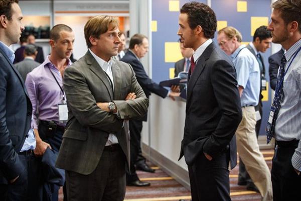 "Steve Carell y Ryan Gosling hablan sobre números en ""The Big Short"".  Foto: Jaap Buitendijk/ Paramount Pictures."