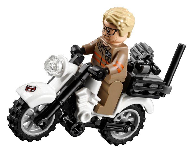 Kevin en su motora, la Ecto-2.