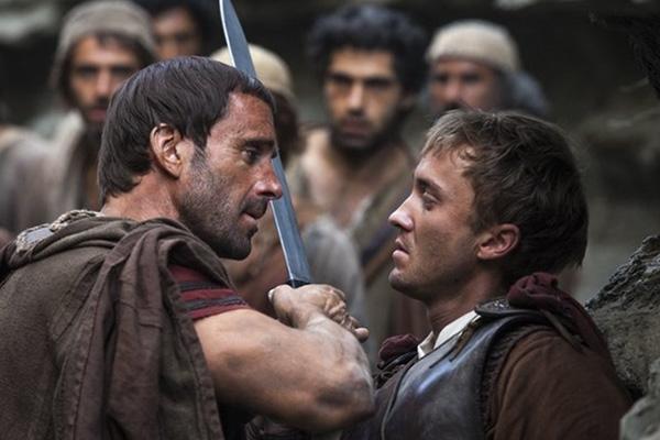 """Joseph Fiennes encara a Tom Felton con bíceps y espada en """"Risen"""".  Foto: Sony Pictures."""