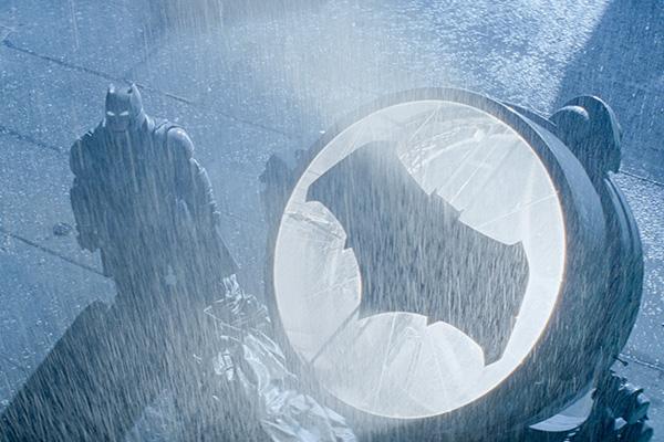 Ben Affleck es Batman, con su señal del murciélago grueso.