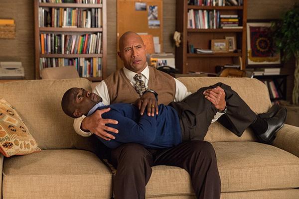 Kevin Hart descansa en los fornidos brazos de Dwayne Johnson.  Foto: Claire Folger/Warner Bros.