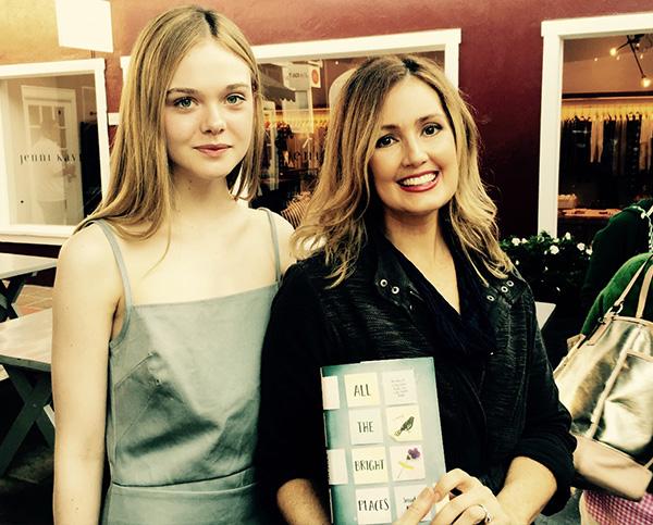 Elle Fanning, protagonista de la adaptación cinematográfica de la novela, junto a la autora.  Foto: Germ Magazine.
