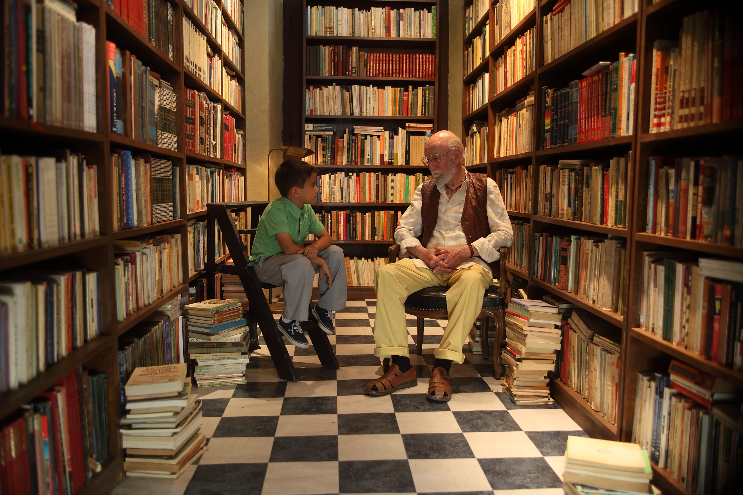 Jeremías conversa con su compañero de ajedrez, Don G. Foto: goldenglobes.com